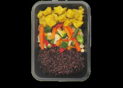 riso nero con pollo curry e verdure miste